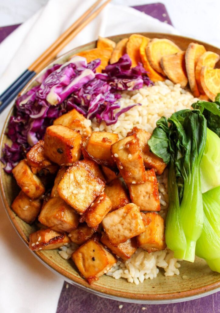 Tofu buddha bowl filled with rice, tofu and steamed vegetables.